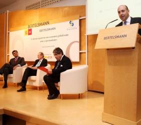 Fernando Carro, en su intervención; sentados, Francisco Javier Garzón, José Manuel Blecua y Tom Burns