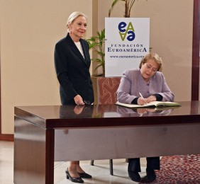 La Presidenta  Michelle Bachelet firmando en el libro de honor de la Fundación Euroamérica