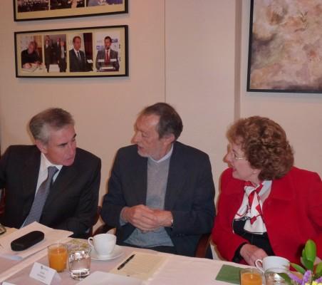 Ramón Jáuregui, Emilio Cassinello, y Roberta Lajous