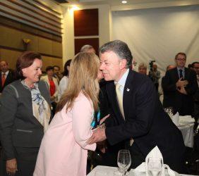 Presidente Juan Manuel Santos saludando a Trinidad Jiménez