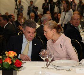 Presidente Juan Manuel Santos y Benita Ferrero-Waldner, en la comida