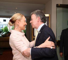 Benita Ferrero-Waldne saludando al Presidente Juan Manuel Santos