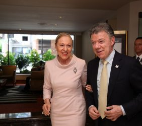 Benita Ferrero-Waldner recibiendo al Presidente Juan Manuel Santos