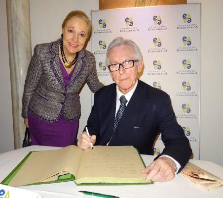 Lord Daniel Brennan firma en el libro de honor, en presencia de la presidenta de la Fundación Euroamérica