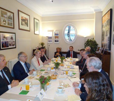 Plano general de los invitados al almuerzo-coloquio con el Ministro de Asuntos Exteriores y Culto de Costa Rica
