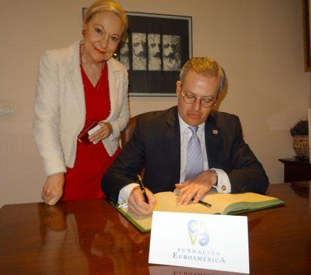El Ministro de Asuntos Exteriores y Culto de Costa Rica, Manuel González Sanz, firma en el libro de honor, en presencia de Benita Ferrero-Waldner