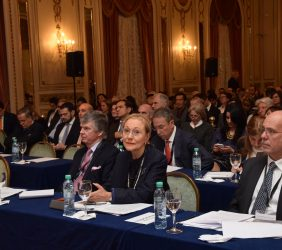Guillermo Stanley, Benita Ferrero-Waldner y Juan M. Márquez en la sala