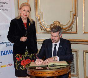 Benita Ferrero-Waldner y  Marcos Peña firmando el libro de honor de la Fundación