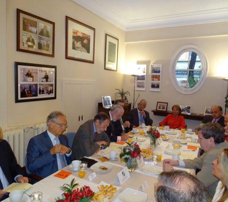 Plano general del desayuno-coloquio con Juan Manuel Bonet
