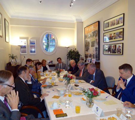 Plano general del desayuno-coloquio con Carsten Moser