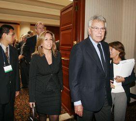 Trinidad Jiménez y Felipe González accediendo a la sala de conferencias