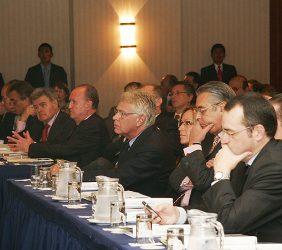 Felipe González y otros participantes, en la primera fila de asistentes al acto