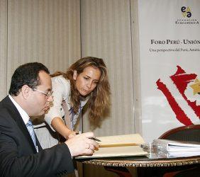 Luís Carranza, Ministro de Economía y Finanzas del Perú, firmando el Libro de Honor, en presencia de Patricia Alfayate, Adjunta a la Dirección General de la Fundación Euroamérica.