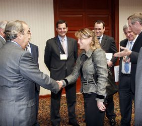 La congresista Luciana León y otros asistentes al Foro