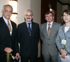 Gonzalo Prialé, Presidente de AFIN (izquierda), y Asunción Valdés Nicolau, Directora General de la Fundación Euroamérica (derecha), acompañados de dos asistentes al Foro