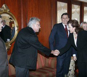 Felipe González, ex Presidente del Gobierno de España, saludando a la Ministra de Trabajo y Promoción del Empleo, Susana Isabel Pinilla Cisneros, en presencia del Presidente Alan García