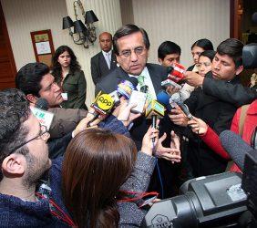 El presidente del Consejo de Ministros, Jorge del Castillo, atendiendo a la prensa asistente al Foro