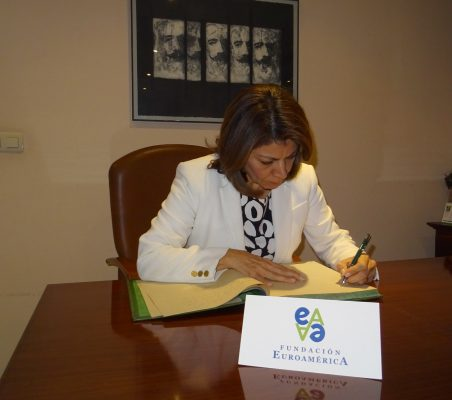 Laura Chinchilla firmando en el libro de honor de la Fundación Euroamérica