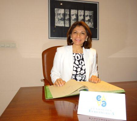 Laura Chinchilla firmando en el libro de honor de la Fundación Euroamérica