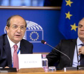 Daniel Calleja, durante su intervención, y Javier Fernández, Parlamento Europeo