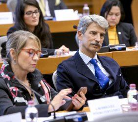 Europarlamentario José Ignacio Salafranca, y a su derecha, Inmaculada Rodríguez-Piñero, europarlamentaria. En la fila posterior, la Embajadora de El Salvador ante el Reino de Bélgica, Julia Emma Villatoro