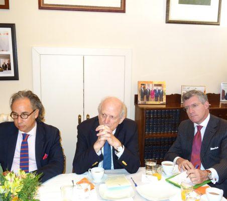 Rodrigo Pinzón, Ministro Consejero de la Embajada de Colombia en España; Carlos Malamud, Invetigador principal de América Latina del Real Instituto Elcano, y Claudio Vallejo, Director LatAmDesk Europa de Llorente y Cuenca
