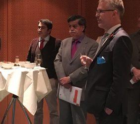 En primer plano, Robert Capurro, Director Ejecutivo de Canning House, y al fondo, Néstor Gabriele Bellavite Terceros, Embajador de Bolivia ante la UE.