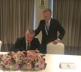 César Villanueva, Presidente del Consejo de Ministros, firma en el libro de honor, en presencia de Ángel Durández, Vicepresidente de la Fundación Euroamérica