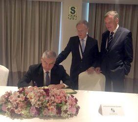 César Villanueva, Presidente del Consejo de Ministros, firma en el libro de honor, en presencia de Ángel Durández y Carsten Moser, Vicepresidentes de la Fundación Euroamérica