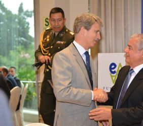 Eurodiputado José Ignacio Salafranca saluda al Presidente del Consejo de Ministros, César Villanueva