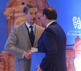 Eurodiputado José Ignacio Salafranca saluda al Ministro Nestor Popolizio