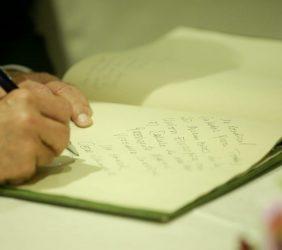 Firma en el libro de honor del Presidente del Consejo de Ministros, César Villanueva