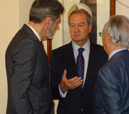 Pedro Palomino, Ángel Galán y Ángel Durández conversan antes del desayuno con Valvenera Ulargui