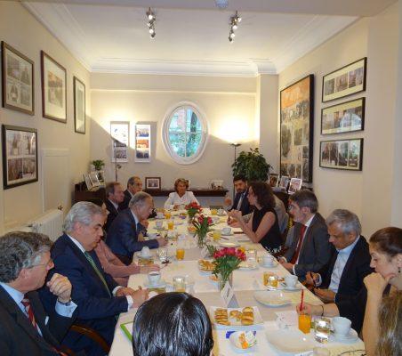 Plano general de invitados al desayuno con Valvanera Ulargui