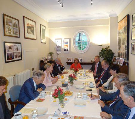 Plano general de los invitados al desayuno con Géraldine Filippi