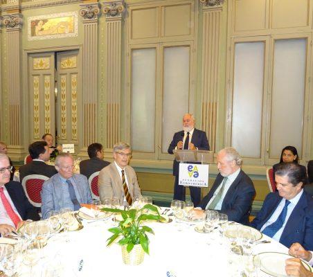 Arias Cañete [en atril]. Primer plano, Carlos Gómez-Múgica, Josep Piqué, Fernando Ruiz, José Luis López-Schümmer y Borja Prado
