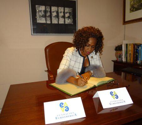 Epsy Campbell firma en el libro de honor