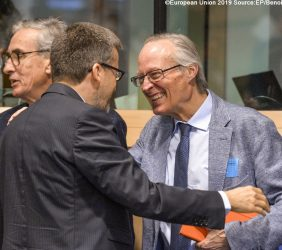 Comisario Carlos Moedas saludando a  Josep Piqué