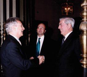 Ángel Durández saludando a Mario Vargas Llosa