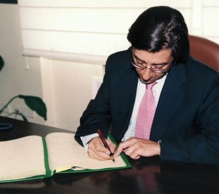 Pío Cabanillas firmando el libro de la Fundación