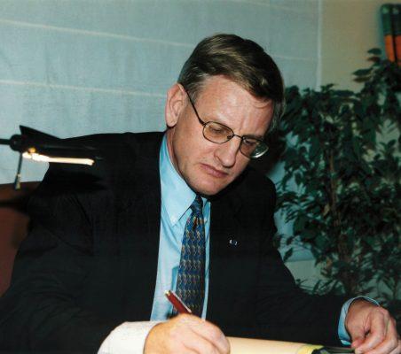 Carl Bildt, firmando el libro de la Fundación)