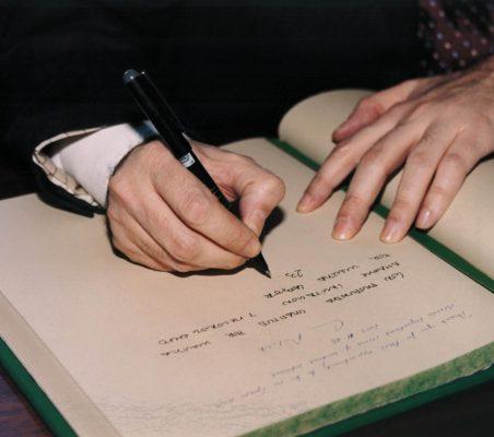 Carlos López Blanco firmando en el Libro de Honor