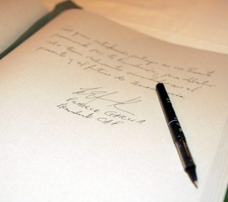 Firma Enrique García  en libro de honor