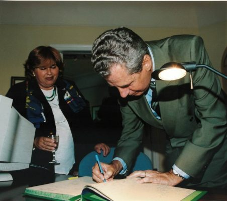 Óscar Fanjul firma en el libro de honor