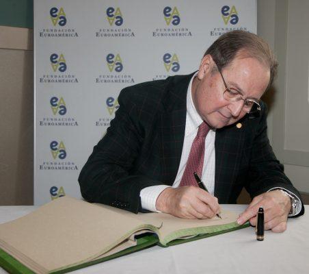 Juan Pérez Mercader firma en el libro de honor