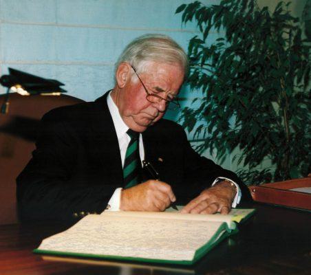 Kurt Biedenkopf firmando el libro de la Fundación