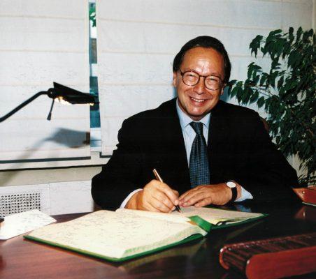 Pedro Malán firmando el libro de la Fundación