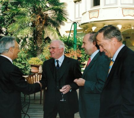 Ángel Durández saluda a Eduardo Bautista en presencia de Miguel Vergara y Carsten Moser
