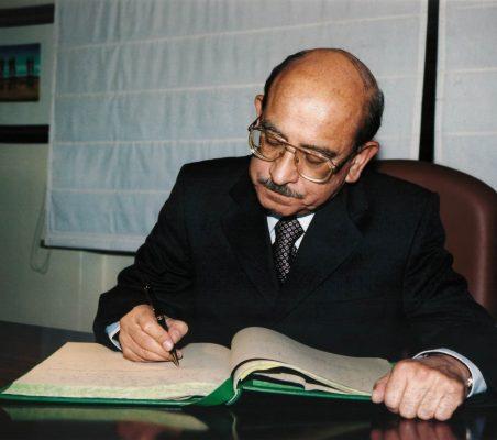 Valentín Paniagua firmando el libro de la Fundación