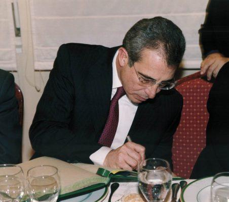 Almuerzo Zedillo firmando en el libro de honor